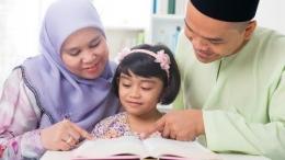 Orangtua yang mengajarkan anak mengaji di bulan Ramadan (foto dari kumparan.com)