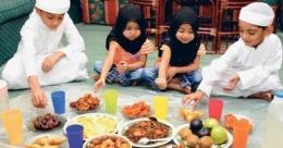 Anak-anak sedang menanti bedug berbuka puasa (foto dari gulfnews.com)