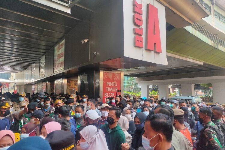 Sejumlah pengunjung berdesakan untuk masuk ke Blok A Pasar Tanag Abang, Jakarta Pusat, Minggu (2/5/2021).(KOMPAS.com/Tria Sutrisna)