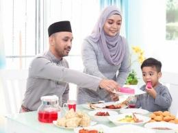 ilustrasi anak berbuka puasa dengan keluarga, sumber detik.com