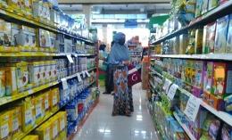 Wajib masker, tas kain, menjaga jarak dan jauhi kerumunan. Sesekali terpaksa tetap keluar rumah untuk berbelanja kebutuhan. Dokpri