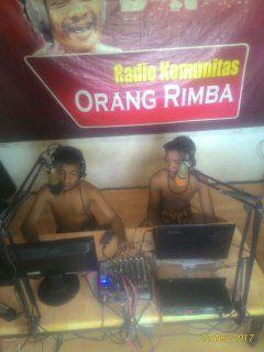 Anak Rimba belajar siaran di Radio Benorfm. (Foto : Elvidayanty/dok. KKI Warsi)