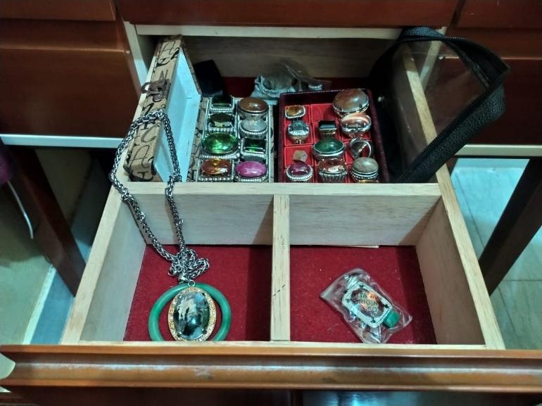 Koleksi batu-batu akik di laci meja rias. (Foto IH)