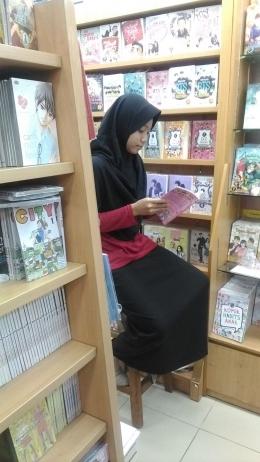 Memilih bacaan di toko buku, untuk melengkapi koleksi (Sumber: dokpri)