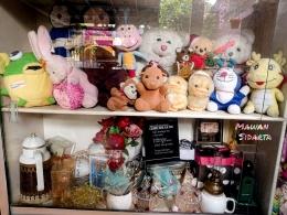 Beragam boneka tersimpan dalam lemari kaca (Dokumentasi Mawan Sidarta)