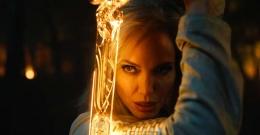 Angelina Jolie yang memerankan tokoh Thena dalam film MCU terbaru, The Eternals.   Marvel via screenrant