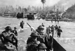 Tentara Australia mendarat di Balikpapan. Sumber : vnwa.org.au