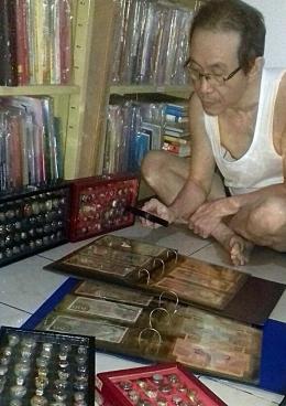 Bosan menulis atau membaca biasanya saya melihat-lihat koleksi numismatik (Dokpri)