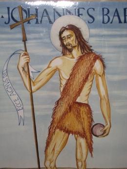 Lukisan tentang Yohanes Pembaptis dari porselin ada di altar gereja (dok pribadi)