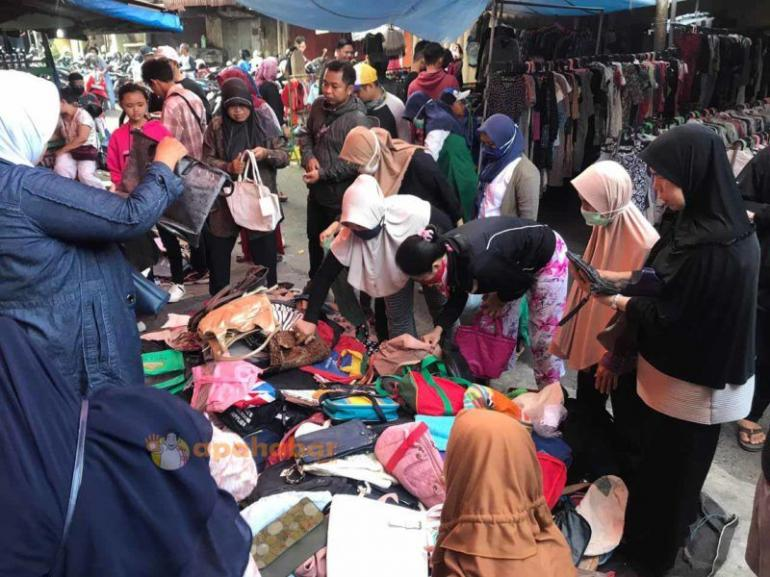 Fenomena Berbelanja di Pasar Pagi, Pasar Cempaka Banjarmasin (Sumber: https://apahabar.com/2020/04/bila-banjarmasin-di-psbb-hanya-dua-pasar-yang-buka)