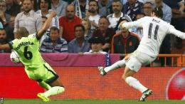 Pemain Manchester City, Fernando, mencetak gol bunuh diri dalam laga semifinal UCL 2015/16 melawan Real Madrid.(Sumber: BBCSport)