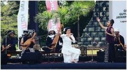 Foto 6: Penampilan perdana formasi SOB bersama Didik Nini Thowok dalam Borobudur Cultural Fest 2016 | Ilustrasi via soundofborobudur.org