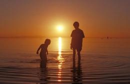 Ilustrasi, aku dan adhekku ketika bermain di pantai (Foto: tmtimes.id)