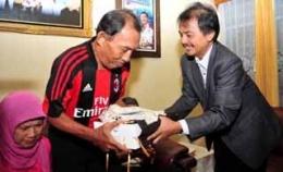 Anwar Ramang (kiri) ketika menerima kunjungan Menpora Roy Surya di kediamannya beberapa tahun lalu. (Foto:MDA)