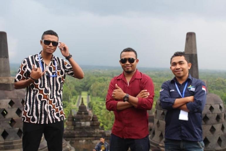 Saat berfoto di depan stupa - stupa Candi Borobudur (dok. Aldi Rendu)