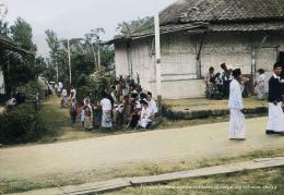 Anak-anak lain yang kebanyakan sarungan sudah berkumpul di perempatan di depan warung yang tutup (digitalcollections.universiteitleiden.nl/ deepai.org).