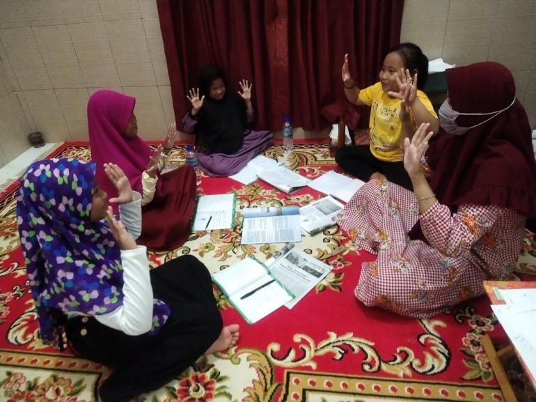 Gambar 1. Bimbel bagi Anak-anak SD di Desa Pagarbatu (Dokpri)