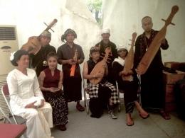 Trie Utami, Dewa Budjana, Didik Nini Thowok bersama Tim Pembunyi alat musik yang behasil direka cipta