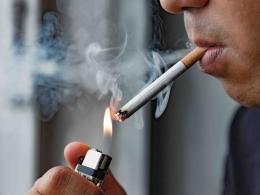 Sebuah gambar orang yang sedang merokok (source: info sehat, klikdokter.com).