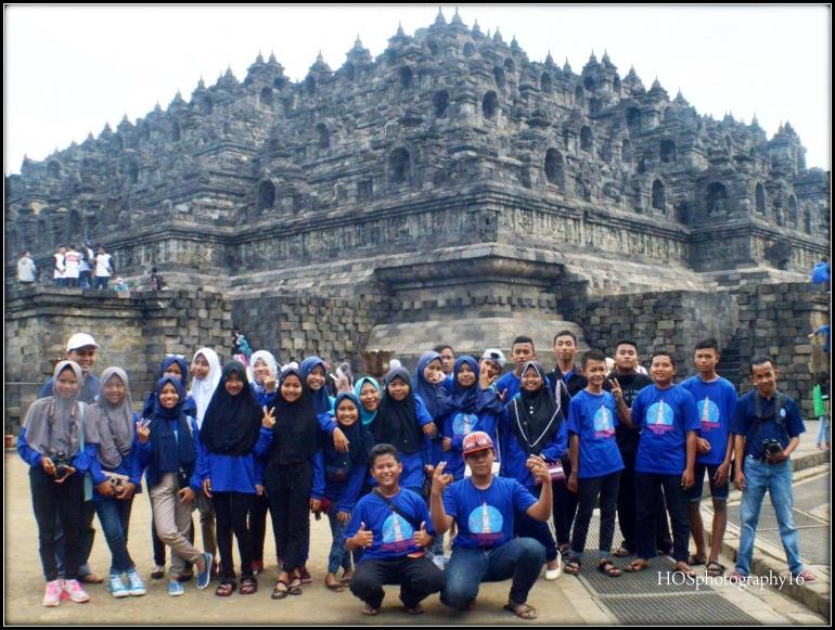Saya, siswa dan guru saat study tour ke Candi Borobudur (Dok. Kushadi)