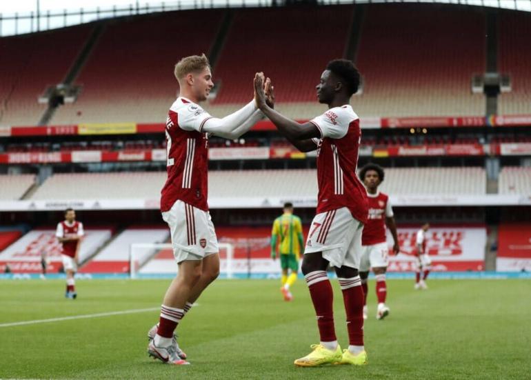 Pemain Arsenal merayakan gol ke gawang West Bromwich Albion. (via matrakhabar.com)