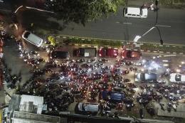 Sejumlah kendaraan terjebak kemacetan saat akan melintas di posko penyekatan mudik di Kedungwaringin, Kabupaten Bekasi, Jawa Barat, Minggu (9/5/2021). Pada H-3 jelang Hari Raya Idul Fitri 1422 H petugas gabungan dari TNI,Polri, Dishub dan Satpol PP memperketat penjagaan pemudik di perbatasan Kabupaten Bekasi dan Karawang.(ANTARA FOTO/FAKHRI HERMANSYAH)