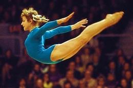 Atlit Uni Soviet muda belia Olga Korbut peraih medali emas olimpiade di era tahun 1970 an. Photo Getty Images.