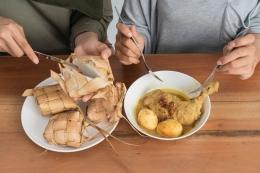 Ketupat dan opor ayam merupakan menu sajian khas lebaran (Shutterstock/Odua Images via kompas.com)