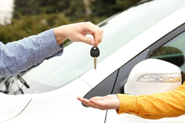 Membeli mobil tak harus baru, Anda juga bisa memilih jenis mobil bekas berkualitas dan dengan metode pembayaran cicilan. (SHUTTERSTOCK via otomotif.kompas.com)