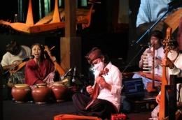 Penampilan Dewa Budjana, Trie Utami, dan seniman lainnya dalam pagelaran Sound of Borobudur di Magelang Jawa Tengah tanggal 8 April 2021 (Sumber: Sindonews.com)