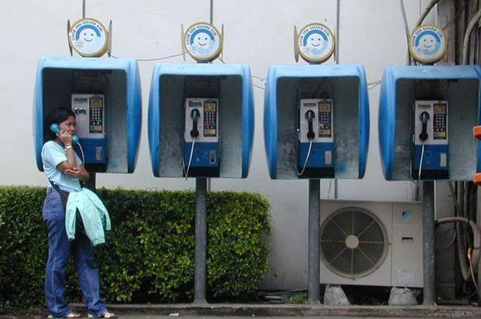Seorang Wanita Yang Tengah Berkomunikasi Melalui Telepon Koin | Sumber Situs: Bobo-Grid Id