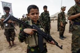 Seorang tentara anak yang baru direkrut di Kota Sana'a, Yaman pada 16 Juli 2017   Foto diambil dari Independent