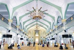 Ilustrasi melakukan shalat malam di masjid (unsplash/siti rahmanah mat daud)