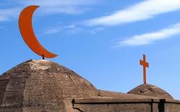 Ilustrasi dua simbol agama yang berbeda (Islam dan Kristen). Foto: wowkeren.com.