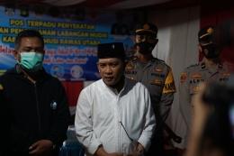 Dari kiri ke kanan: Ketua DPRD Musi Rawas Utara Efriansyah dan Bupati Musi Rawas Utara Haji Devi Suhartoni. Ini bagian dari upaya untuk mendidik warga mematuhi aturan yang sudah ditetapkan pemerintah. Foto: mada mahfud