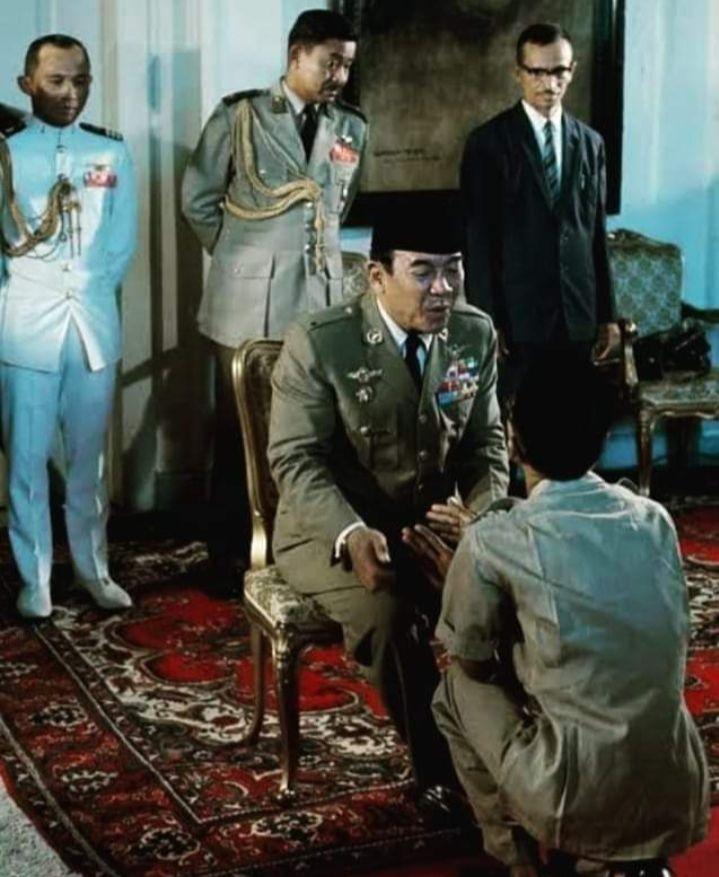 Presiden Sukarno ketika lebaran di istana (sumber: buku suka duka Fatmawati)