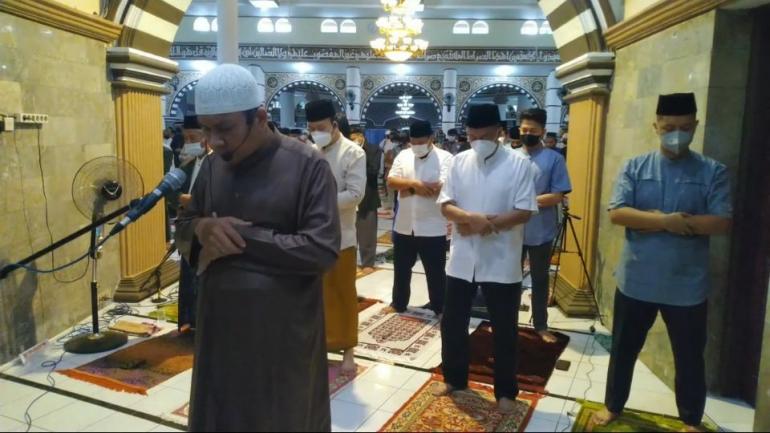 Bupati dan Wakil Bupati Banyumas melaksanakan shalat Idul Fitri 1442 H dengan protokol kesehatan yang ketat.   Dokpri