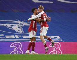 Pemain Arsenal merayakan gol ke gawang Chelsea. (via dailycannon.com)