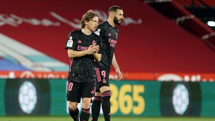 Pemain Real Madrid, Karim Benzema dan Luka Modric. (via en.as.com)