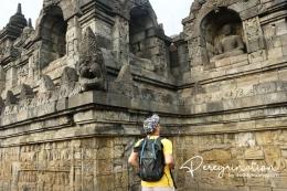 Mengamati relief candi Borobudur dari dekat. (sumber : www.deddyhuang.com)