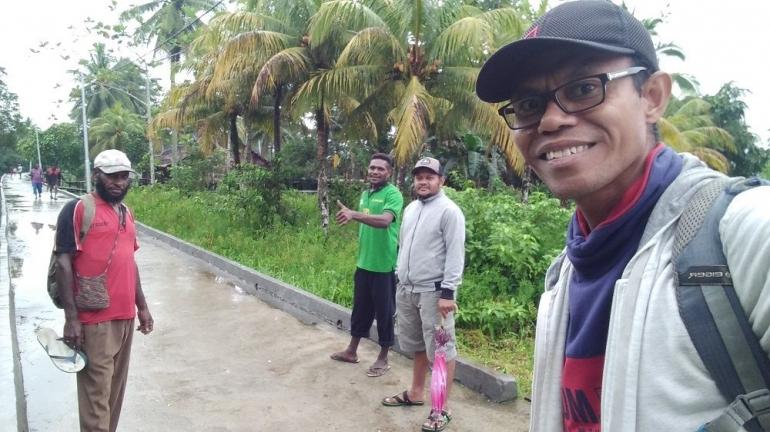 Penulis bersama kader kampung di Ayam, 20 Juli 2020. Dokpri.