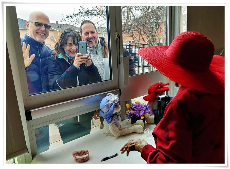 Silaturahmi bersekat jendela kaca tetap menghadirkan kegembiraan bagi yang berkunjung maupun dikunjungi (dok.Toronto Star/ed.WS)