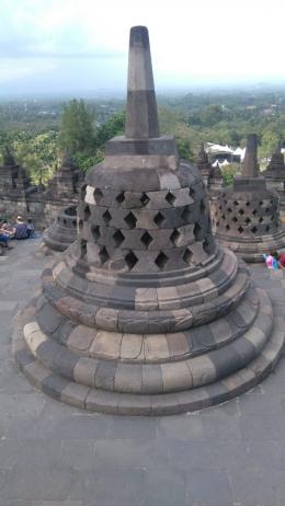 Setiap bangunan Stupa di Candi Borobudur sebagian di dalamnya ada Arca Buddha, salah satunya ada Kunto Bimo (Foto: Dokumen Pribadi).