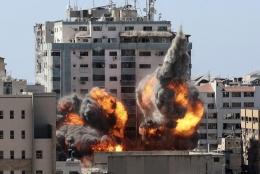 Gedung berbagai media internasional yang berada di Gaza dibom Israel. Sumber : The Associated Press