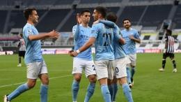 Pemain Manchester City merayakan gol ke gawang Newcastle United. (via eurosport.com)