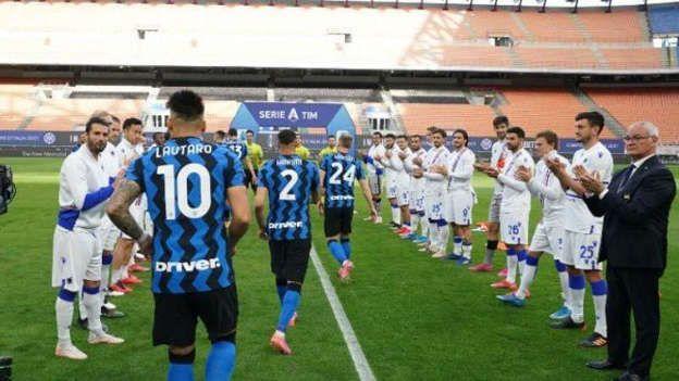 Para pemain Sampdoria melakukan aksi guard of honor kepada pemain Inter Milan yang berhasil menjadi kampiun Serie A Italia musim ini. Sumber foto: MSN.com