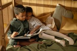 Keluarga menjadi tempat awal untuk membangun minat baca anak. Orangtua mempunyai peran penting dalam mendorong anak-anak agar bisa mempunyai minat membaca sejak usia dini. Sumber foto: cottonbro via Pexels.com
