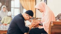 Saat Idul Fitri tiba, manfaatkan kesempatan silaturahmi dengan orangtua dan saudara sebaik-baiknya (ilustrasi: tribunnews.com)