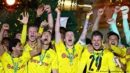 Pemain Borussia Dortmund merayakan gelar juara DFB Pokal 2021. (via Getty Images)