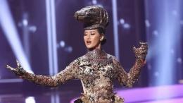 Wakil Indonesia di ajang kecantikan Miss Universe 2020, Ayu Maulida Putri unjuk kebolehan dengan kostum nasional komodo. (Getty Images via AFP/RODRIGO VARELA)